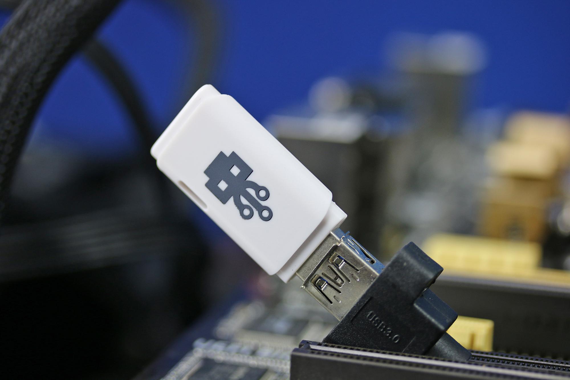 USB Killer 2 inkopplad i en USB-port