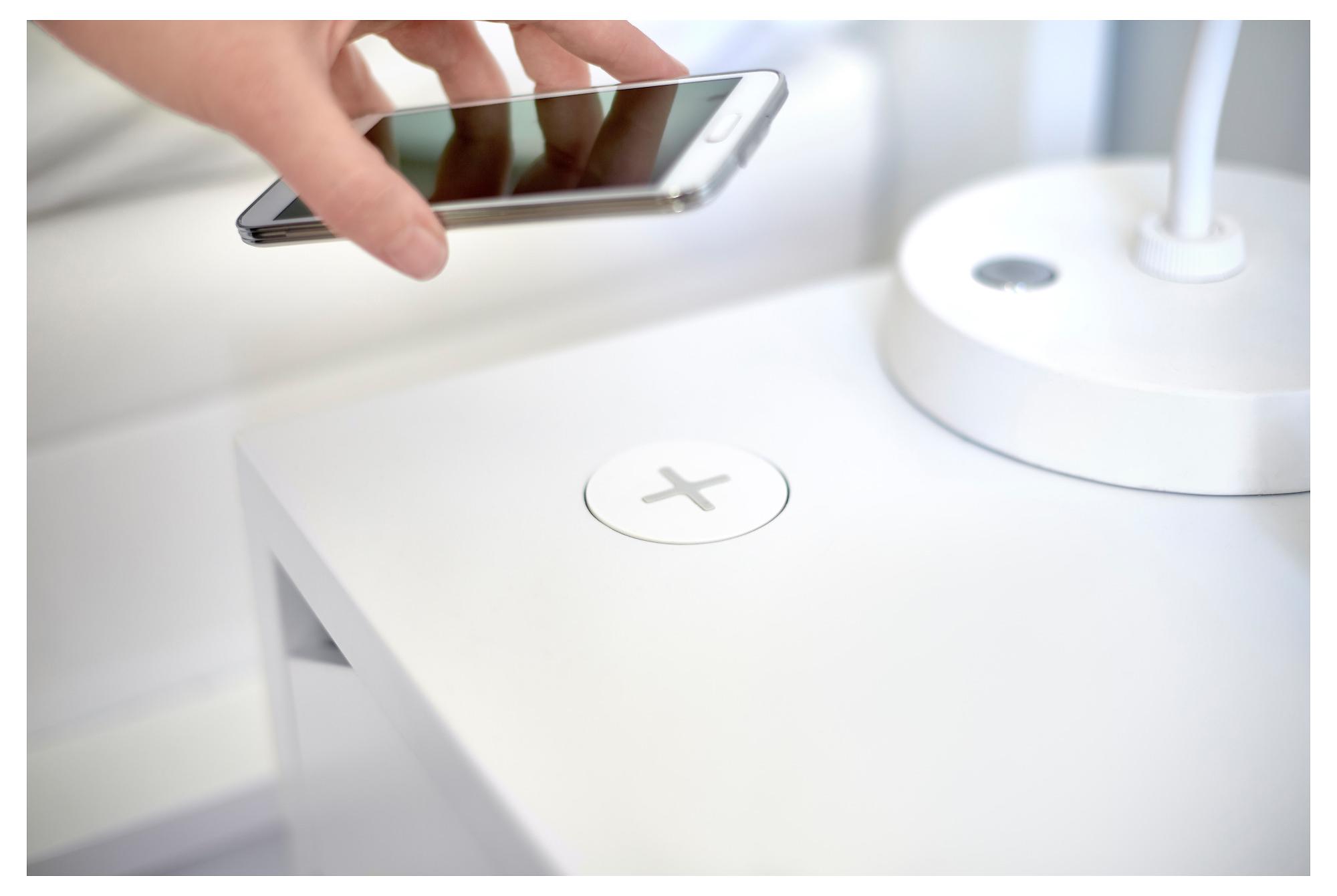 Ikea storsatsar på trådlös laddning bordslampor och möbler